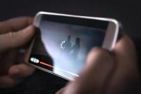 Film wird auf einem Handy abgespielt