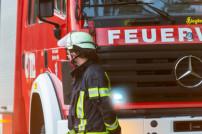 Feuerwehrmann vor einem Feuerwehrwagen