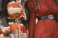 Zwei Frauen mit Gürteln der Marke Gucci