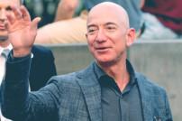 Jeff Bezos, Gründer des Online-Riesen Amazon, winkt in die Menge