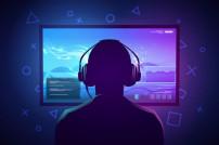 Gamer mit Kopfhörern vor einem PC