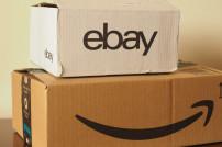 Zwei Kartons übereinander: einer von Amazon, einer von Ebay