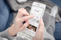 Frau sucht über Google auf Handy