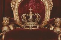 Krone auf einem samtenen Thron