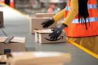 Amazon-Mitarbeiterin am Fließband