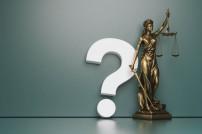 Justitia mit einem großen Fragezeichen