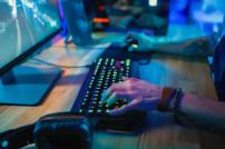 Gamer sitzt an einem PC