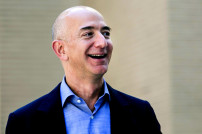 Amazon-Gründer Jeff Bezos lacht