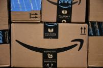 Viele Amazon-Pakete auf einem Haufen