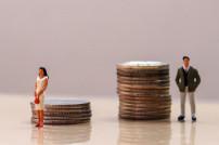 Mann und Frau vor Münzhaufen