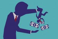 Mann schüttelt Geld aus den Taschen eines anderen Mannes