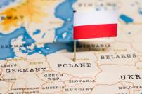 Kleine fahne von Polen auf einer Karte