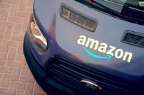 Amazon-Fahrzeug von oben fotografiert