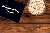 Amazon-App auf einem Tablett, daneben Popcorn
