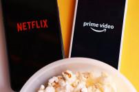 Netflix und Amazon Prime Video auf Smartphone vor Popcorn