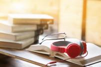 Kopfhörer und Bücher auf Tisch