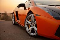 Nahaufnahme eines Lamborghini im Sonnenuntergang