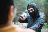 Mann mit Messer beim Überfall