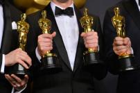 Menschen halten 4 Oscars