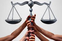 Hände halten Waage der Justiz
