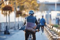 Pendlervorteil: Mann in Geschäftskleidung auf einem Fahrrad