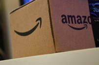 Lächeln auf einem Amazon-Paket