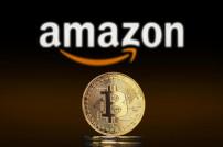 Physischer Bitcoin, ein Amazon-Logo im Hintergrund