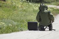 Mann mit Schutzanzug beim Bombe entschärfen