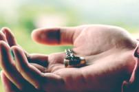 Herr der Ringe: Goldener Ring in einer Hand