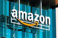Amazon-Logo an einer Glasfassade