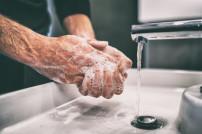 Seifenspender: Mann, der sich die Hände mit Seife wäscht
