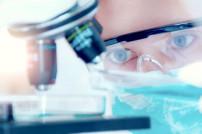 Medizinische Forschung: Forscher am Mikroskop