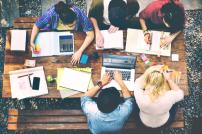 Amazon unterstützt Bildung: Studenten an einem Tisch von oben