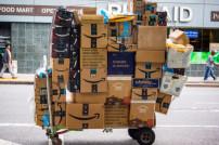 Paketwagen mit riesigen Mengen an Amazon-Paketen