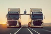 Jean-Claude Van Damme zwischen 2 Lastwagen