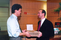 Jeff Bezos mit einem Kunden