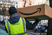 Fahrer mit Amazon-Paket
