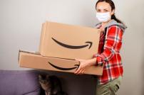 Frau mit Amazon-Paketen
