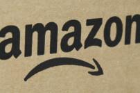 Amazon-Karton mit traurigem Smiley