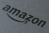 Amazon Logo auf schwarzem Grund