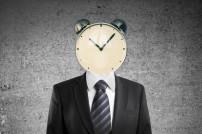 Arbeitszeit: Businessman mit Uhr auf dem Kopf