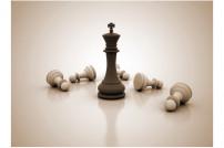 Schachfiguren: König inmitten gefallener Bauern