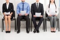 Vier Bewerber auf Stühlen