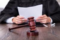 Staatsanwalt mit Richterhammer und Anklageschrift