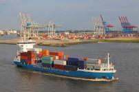 Feederschiff auf Elbe