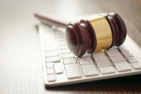 Gerichtshammer auf Tastatur