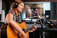 singende Frau mit Gitarre