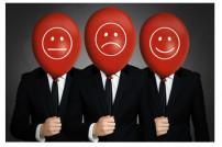 Drei Businessmänner mit roten Ballons vor dem Gesicht.