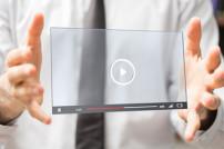 Mann hält Video-Fenster in der Luft