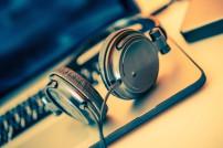 Kopfhörer und Laptop